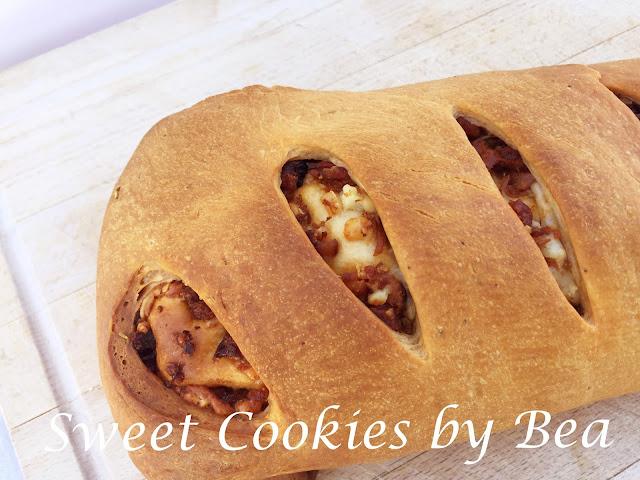 Pan relleno de chorizo, panceta y queso