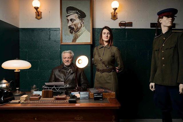Julius Urbaitis e sua filha Agne Urbaityte,no KGB Spy Museum, niuma sala como se faziam ois interrogatórios