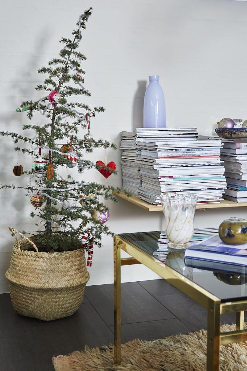 Rama de abeto en un cesto como árbol de Navidad.