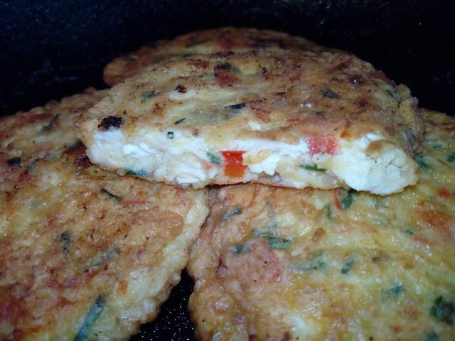 siekane kotleciki drobiowe z papryka i szczypiorkiem kotlety z piersi kurczaka placki z kurczakiem i warzywami kotleciki drobiowo warzywne