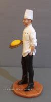 modellino cuoco con tagliere con polenta idea regalo chef marito appassionato cucina statuine per torte orme magiche