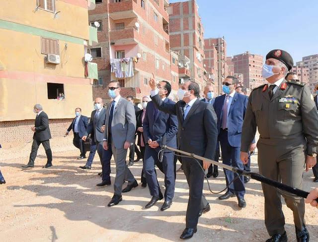 الرئيس السيسي يصطحب رئيس الوزراء  واعضاء الحكومة  في جولة تفقدية داخل منطقة عزبة الهجانة