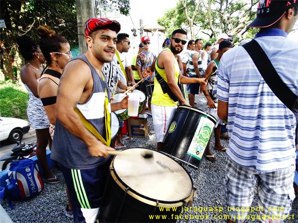 A Arena Taipas é regada a futebol e festa todo final de semana. Na foto, torcedores apoiam o EC Vida Loka (da Brasilândia) contra um dos times da casa, o Arvão F.C.