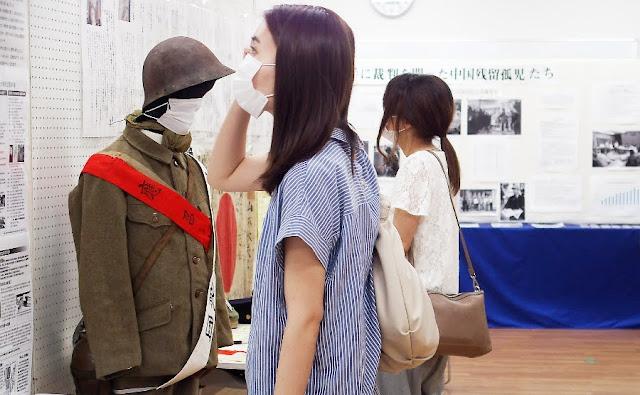 展示に見入る参加者