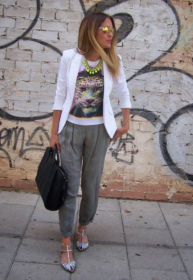 calças cigarette verde seco, blusa estampada e blazer branco