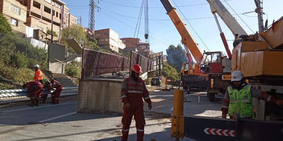La pasarela del carril de bajada, altura Achachicala quedó quebrada por el choque del vehículo pesado y tuvo que ser removida / ABC