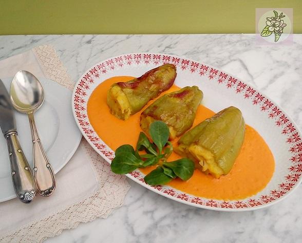 Pimientos Verdes Rellenos de Tortilla Vegana sobre Salsa Cremosa.