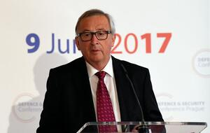 Ο Juncker της ΕΕ προτρέπει τα κράτη μέλη να ενισχύσουν τις αμυντικές δαπάνες
