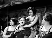 """Чарли Чаплин и Джорджия Хэйл на съемках новогоднего эпизода из """"Золотой лихорадки"""" (1925) - 1"""