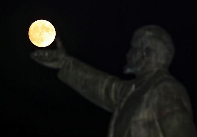 Mặt Trăng đang nằm gọn trong tay của bức tượng Vladimir Lenin – người thành lập nhà nước Soviet – tại Baikonur, Kazakhstan. Hình ảnh: Shamil Zhumatov/Reuters.