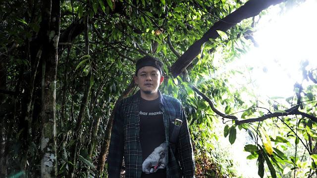 Foto Pria Menjelajah Hutan Suaka Margasatwa Bukit Rimbangbaling