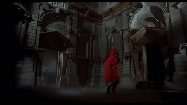 Sosok bertudung merah di film Don't Look Now (1973) yang membuat John teringat dengan putrinya