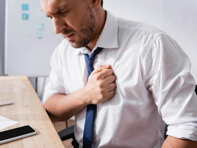 """KAKO PREPOZNATI """"TIHI"""" SRČANI UDAR? Kardiolog upozorio: Ako osetite ove simptome, 1 stvar nikako nemojte da radite"""