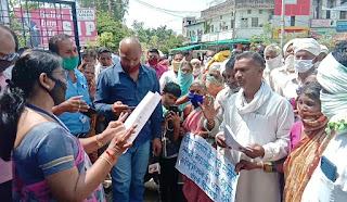 सेवा सहकारी समिति द्वारा करोड़ों रुपयों के गबन करने पर खाताधारक उतरे सड़कों पर