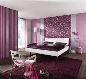 Kamar tidur utama minimalis dengan berbagai aneka warna pun terlihat matching dengan bantal berbagai corak warna untuk menambah nilai dekorasi kamar tidur.