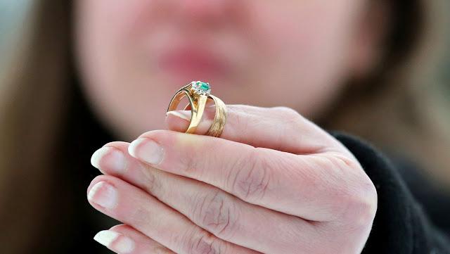 Un restaurante de Florida encuentra durante el bloqueo por la pandemia un anillo de bodas perdido hace años