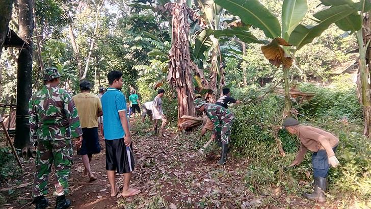 2 Anggota Koramil Mayong Berjibaku Dengan Warga Karang Doro Buat Jalan RT