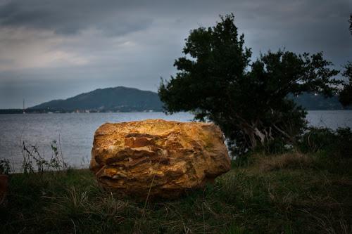 Grande pedra de coloração amarelada, clicada em Florianópolis, próximo ao canto dos araçás.