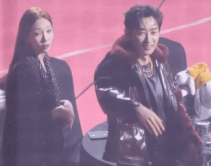 Girls Generation Taeyeon and SUPER JUNIOR Eunhyuk draw attention with their warms heart to Singer Ha Sungwoon at Seoul Music Awards.