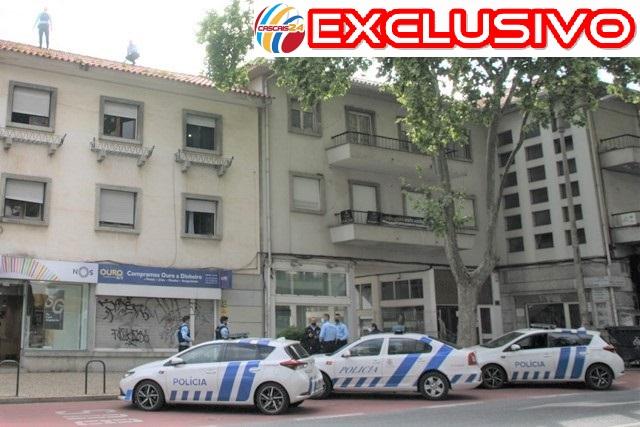 """Assaltante armado escapa pelos telhados a """"caça"""" ao homem montada pela PSP depois de assalto com agressão a loja de ouro"""