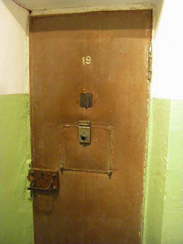Porta de uma cela, Museu do genocídio em Vilnius