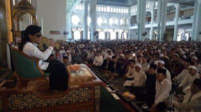Kyai Gus miftah di Masjid Agung Surabaya Al Akbar