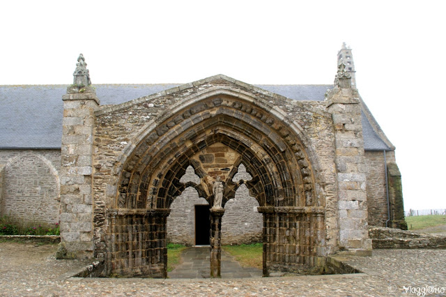Resti di un portale presso l'abbazia di Saint Mathieu