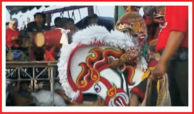 Tari Kuda Lumping juga disebut jaran kepang atau jathilan adalah tarian tradisional Jawa menampilkan sekelompok prajurit tengah menunggang kuda. Tarian ini menggunakan kuda yang terbuat dari bambu atau bahan lainnya yang di anyam dan dipotong menyerupai bentuk kuda, dengan dihiasi rambut tiruan dari tali plastik atau sejenisnya yang di gelung atau di kepang. Anyaman kuda ini dihias dengan cat dan kain beraneka warna. Tarian kuda lumping biasanya hanya menampilkan adegan prajurit berkuda, akan tetapi beberapa penampilan kuda lumping juga menyuguhkan atraksi kesurupan, kekebalan, dan kekuatan magis, seperti atraksi memakan beling dan kekebalan tubuh terhadap deraan pecut. Sumber - wikipedia