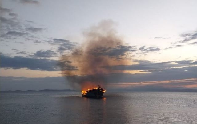 Fishing boat on fire 9 km of Durrës coast, 3 sailors jumped to the open sea