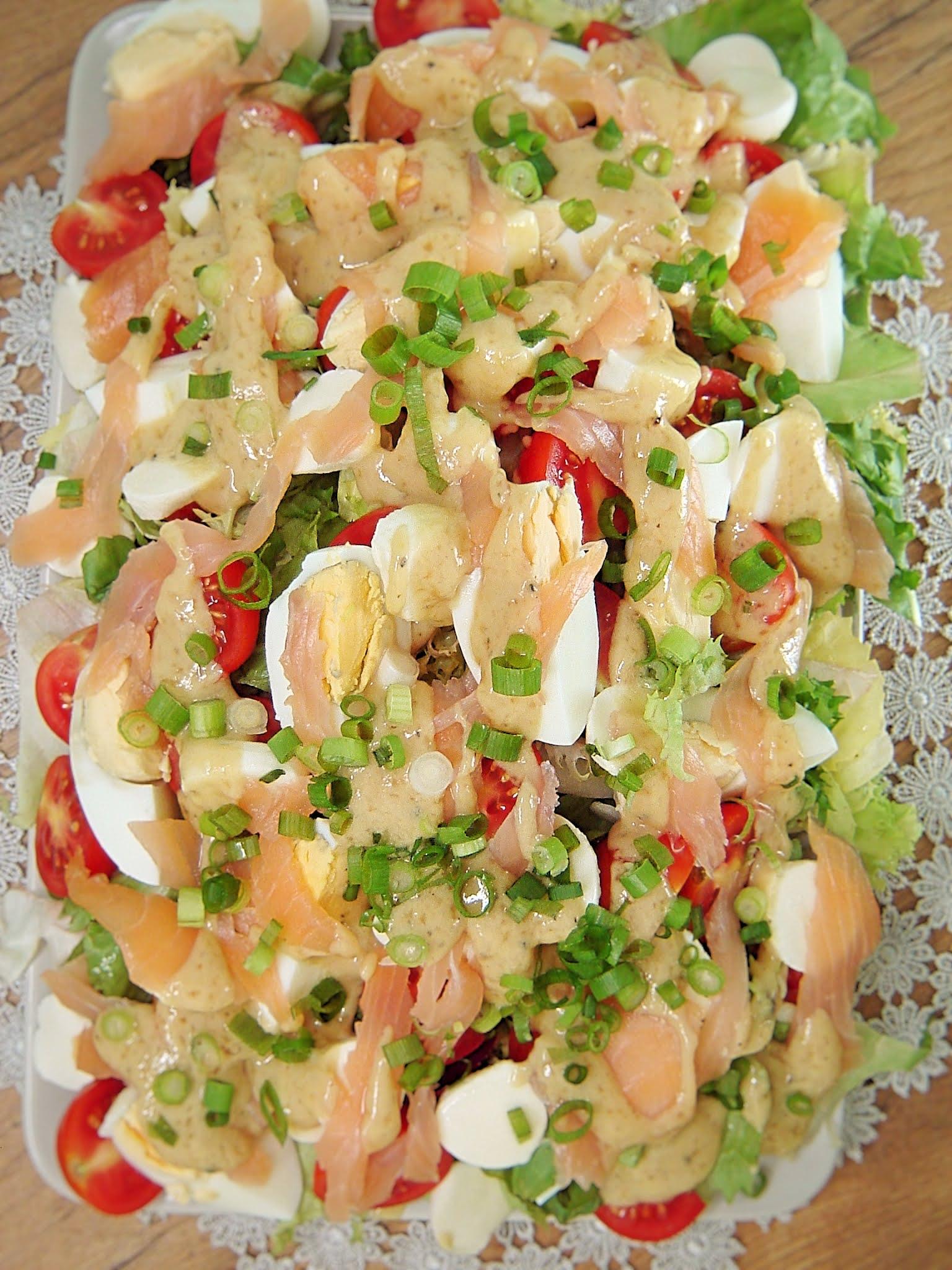 Sałatka z łososiem, jajkiem i mozzarellą
