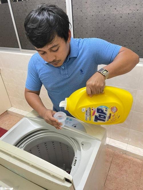 Muhammad Syahidee, pemandu e-hailing mengambil langkah berjaga-jaga untuk mengurangkan penyebaran virus dengan menggunakan sabun pencuci TOP Advanced Micro-Clean Tech jenis cecair yang menghapuskan 99.9% virus dan bakteria pada pakaian.