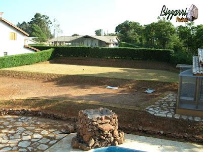 Na construção da casa em Atibaia-SP, a terraplanagem do campo de futebol pronta com a execução do plantio da grama esmeralda pronto e fazendo os caminhos de pedra, os murinhos de pedra e iniciando a execução do paisagismo.
