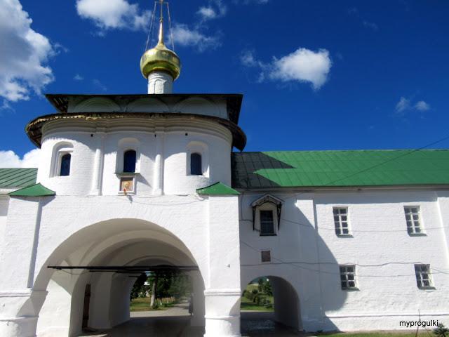 Надвратный храм в честь святых апостолов Петра и Павла