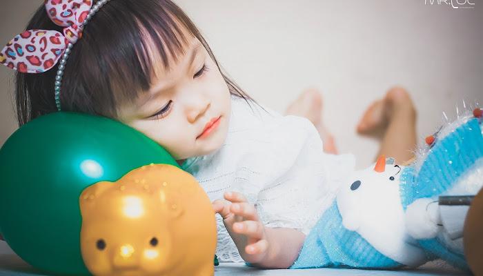 Bé gái với món đồ chơi yêu thích