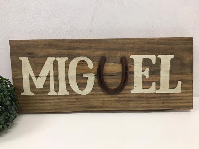 Placa Decorativa em Madeira de Pallet Personalizada com o Nome Miguel e Ferradura na Letra U