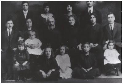 Jessie Mains, âgée de 7 ans (assise au centre dans une robe blanche) avec sa famille à Winnipeg au Canada en 1913