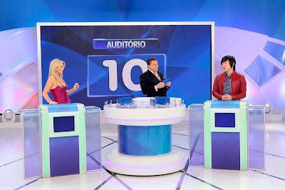 """Iris, Silvio e Pyong no """"Jogo das 3 Pistas"""" (Crédito: Lourival Ribeiro/SBT)"""