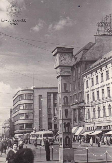 Ļeņina iela (tagad Brīvības iela). Priekšplānā Laimas pulkstenis. Rīga, 1961.gada jūnijs.