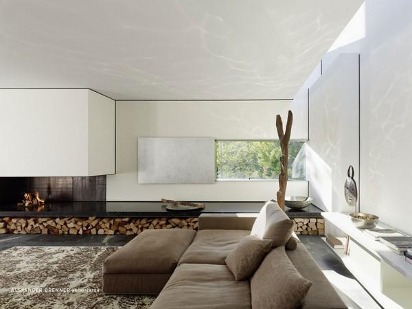 Vista en el interior de un ambiente amplio de la residencia contemporánea en Stuttgart