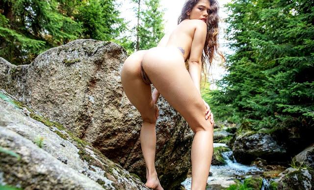 Эротические фото www.eroticaxxx.ru - Irene Rouse: Голая в лесу у водопада! (эротика Watch4beauty)