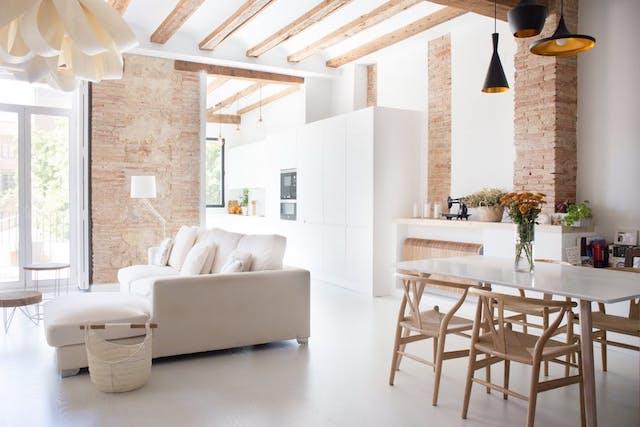 salón comedor con cocina abierta de estilo nuevo rústico