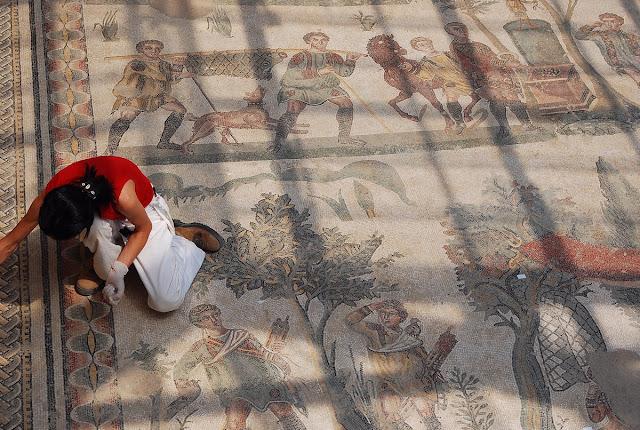 Minutieux travail d'entretien et de reconstitution de ce qui fait la valeur de la villa de Casale : ses mosaïques