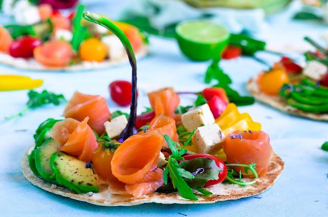 Podpłomyki z łososiem i warzywami