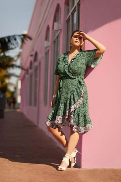 Зеленое платье с запахом и воланами для полной женщины для фигуры песочные часы