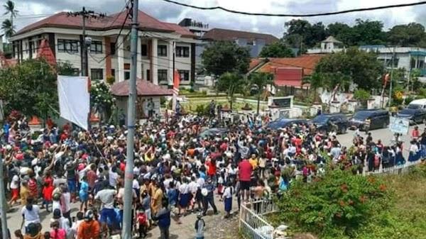 Viral, Warga Berkerumun Saat Kedatangan Presiden Jokowi