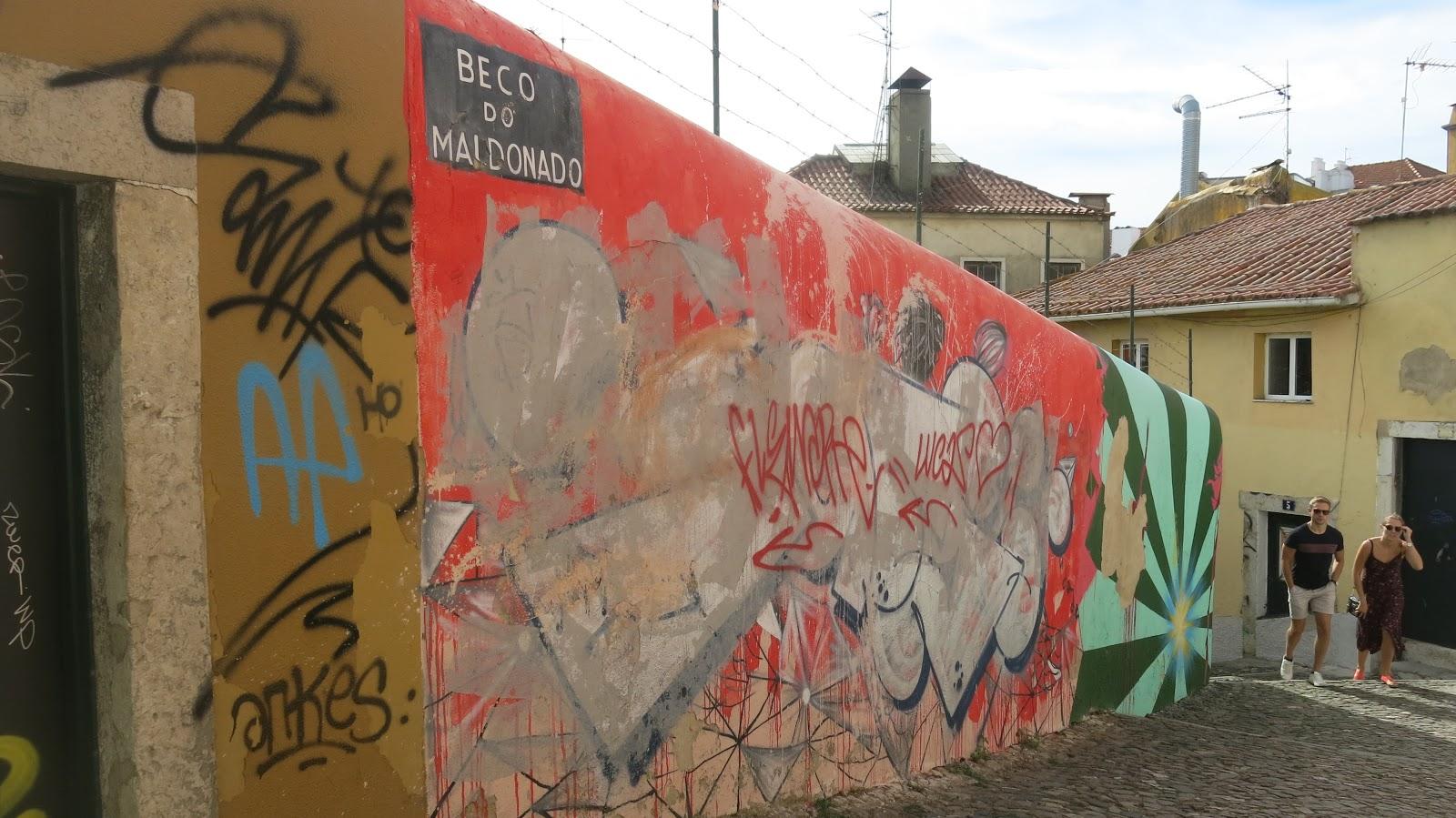 8882ed65c Quase, quase à entrada do Castelo de São Jorge há um lugar muito artístico,  muito hipster. Esse lugar se chama Pátio de Dom Fradique, e está todo  grafitado ...