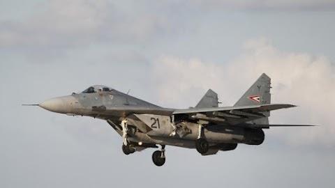 Lezuhant a szlovák légierő harci repülőgépe, a pilótának sikerült katapultálnia