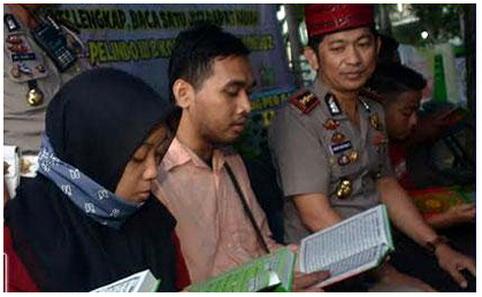 Razia Pengendara Motor, Tidak Ditilang Malah Disuruh Baca Qur'an, Abis Itu Dikasih Parcel dan Takjil