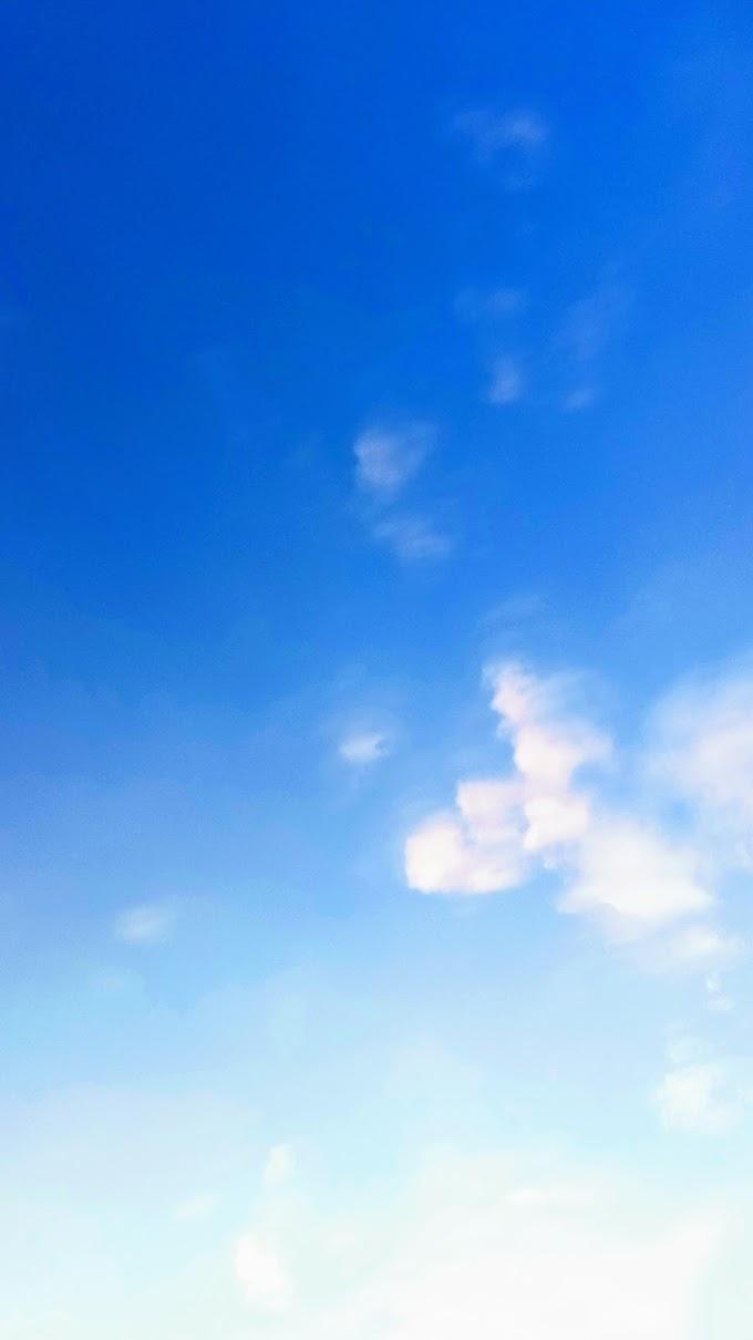 Indahnya langit biru dengan awan putih