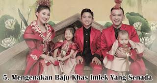 Mengenakan Baju Khas Imlek Yang Senada merupakan salah satu cara seru rayakan imlek bersama keluarga